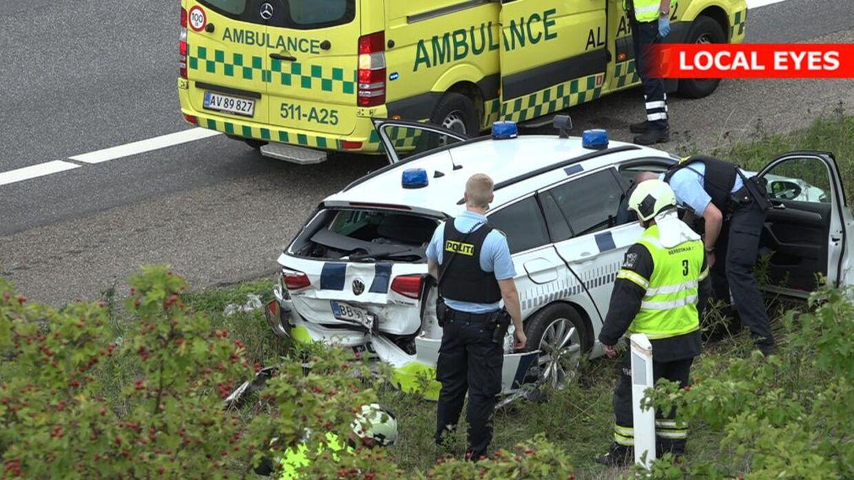 To patruljebiler kørte galt under en politijagt på Helsingørmotorvejen søndag eftermiddag.