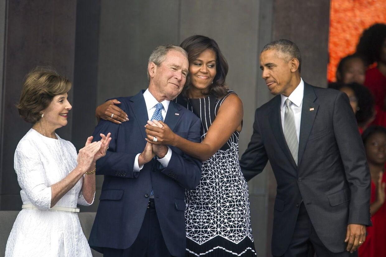 Der er god kemi mellem de to tidligere præsidenter, Bush og Obama, og det gælder også deres koner.