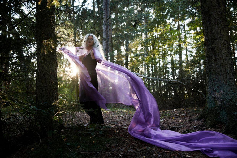 Den danske sangerinde og komponist Maria Elizabeth tager bogstaveligt talt sit publikum med langt ud i skoven.