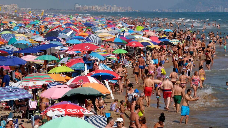Stranden ved Gandia nær Valencia var stadig ganske populær, da Reuters' fotograf var forbi søndag.