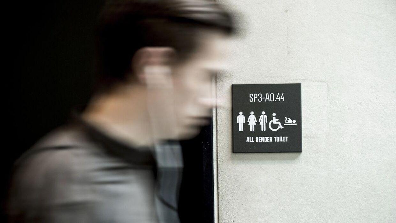 Kameraerne gemmes på toiletterne, filmer de intetanende ofrer og fjernes lynhurtigt efter toilettetterne er forladt.