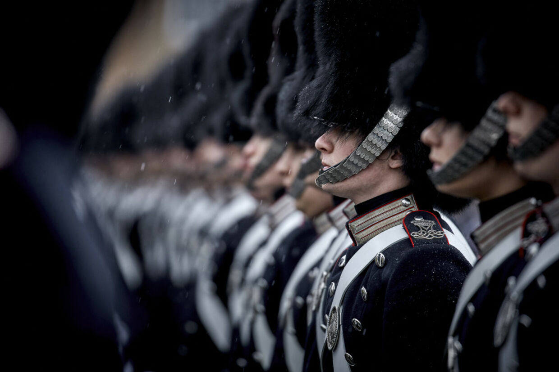 Livgarden iført de klassiske bjørneskindshuer. Foto: Discovery Networks Danmark / Krestine Havemann