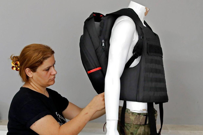 Det israelske firma Masada Armour melder om mangedoblet salg af deres nye skudsikre rygsække. Kunderne er bekymrede amerikanske forældre, hvis børn skal starte i skolen igen efter sommerferien.