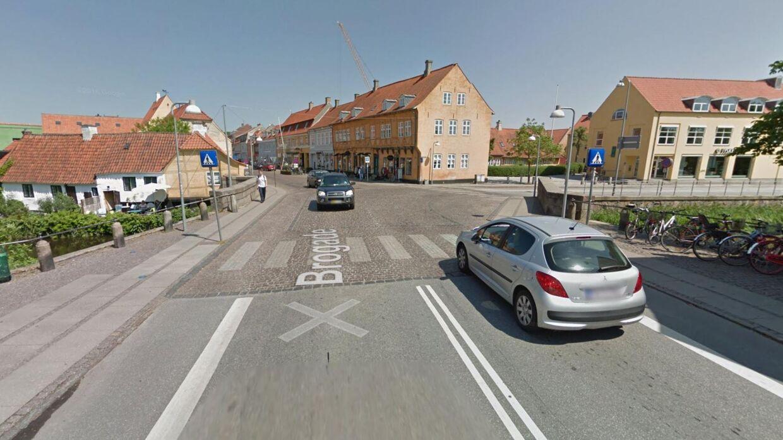 Brogade i Køge var blevet afspærret, så brostensbelægningen kunne pågynde. Der var bare ét problem.