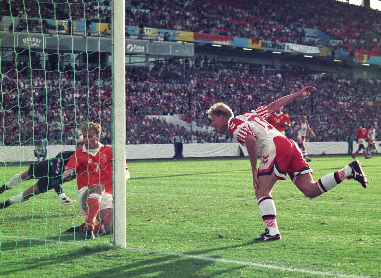 Henrik Larsen scorer i semifinale-kampen mellem Danmark og Holland under EM i 1992, hvor han blev topscorer. (Arkivfoto)