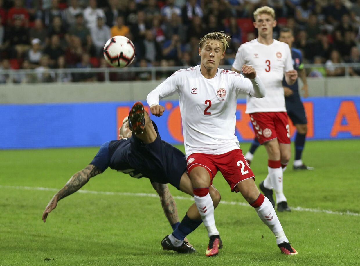 Slovakiets Juras Kucka over for danske Simon Vollesen.