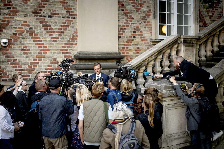 Journalister og fotografer står i kø for at tale med anklager Kristian Kirk efter første retsdag i ankesagen mod Peter Madsen.