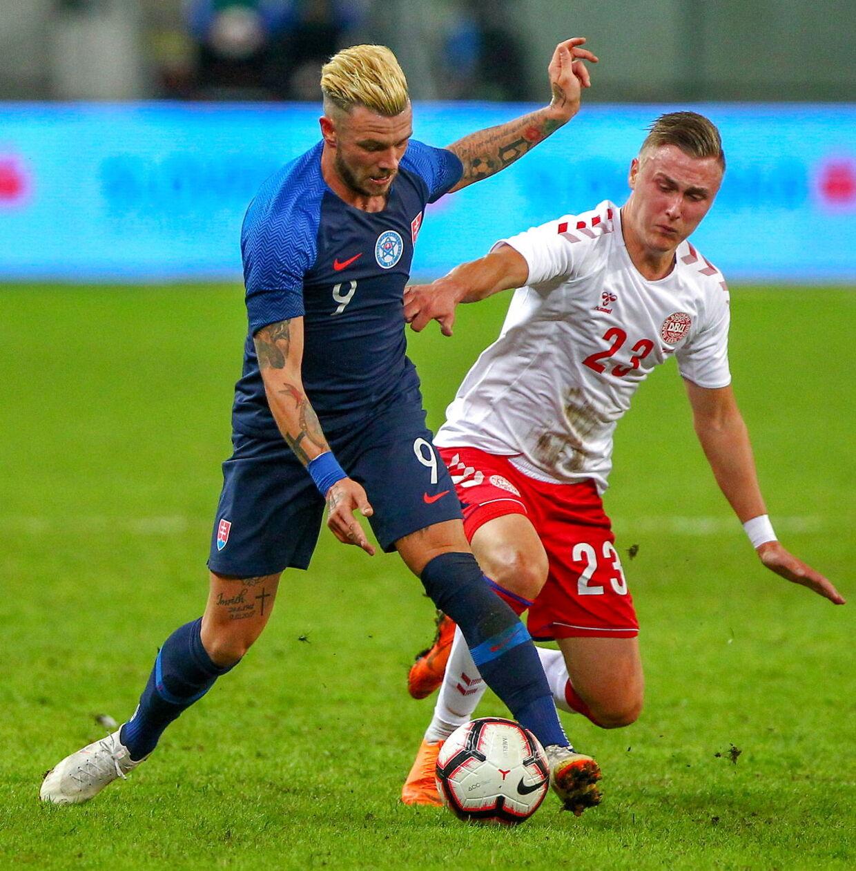 Daniel Holm i duel i landskampen mod Slovakiet.