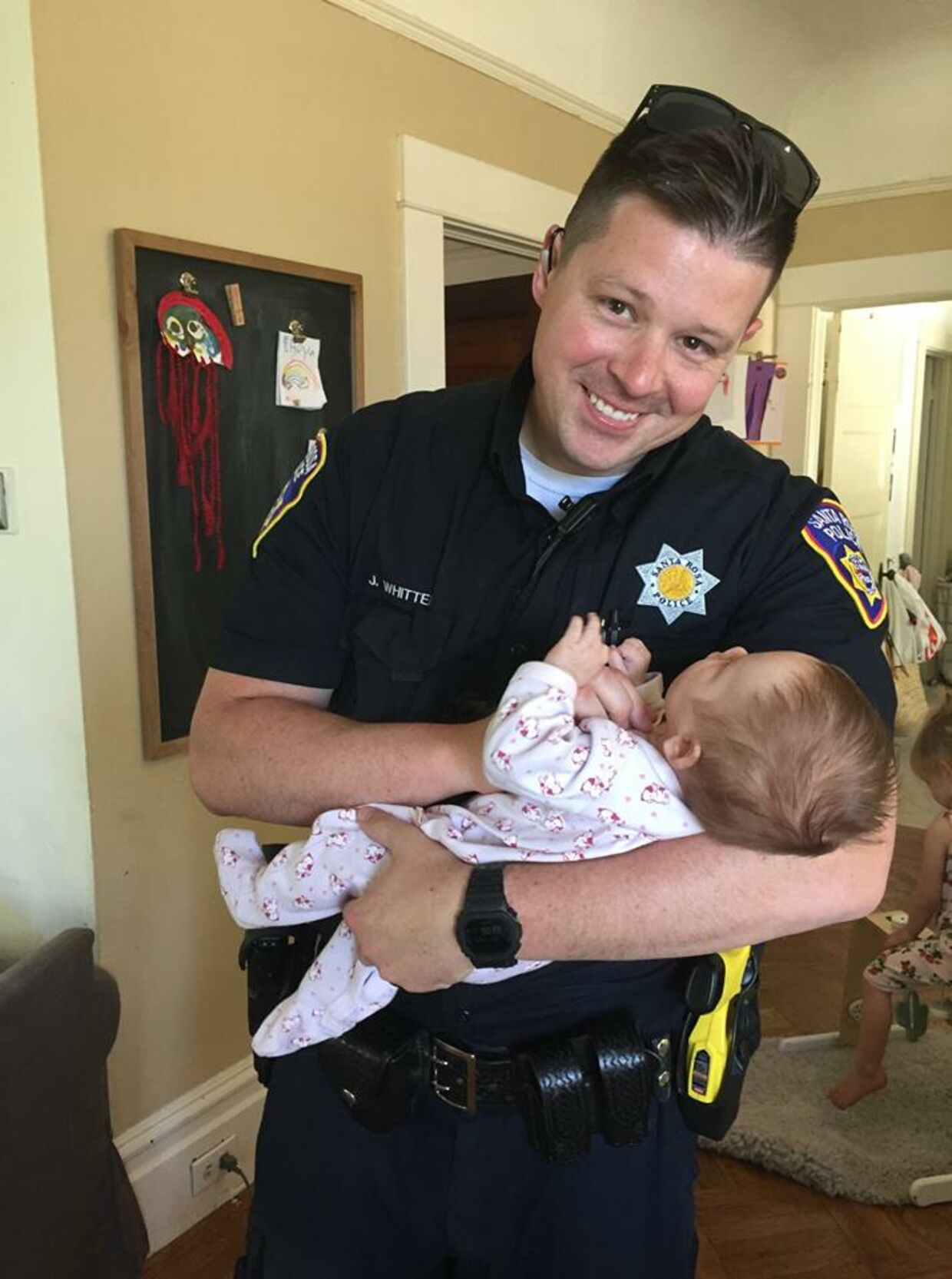 Politimanden Jason Whitten med sin adopterede datter.