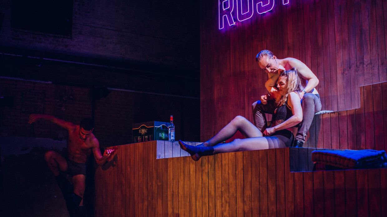 I 'Rusturen' bliver Sarah drukket fuld og afklædt af to fyre.