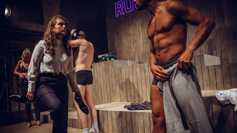 Under 'Rusturen' skal de seks unge i forestillingen blandt andet lave en tøjkæde.