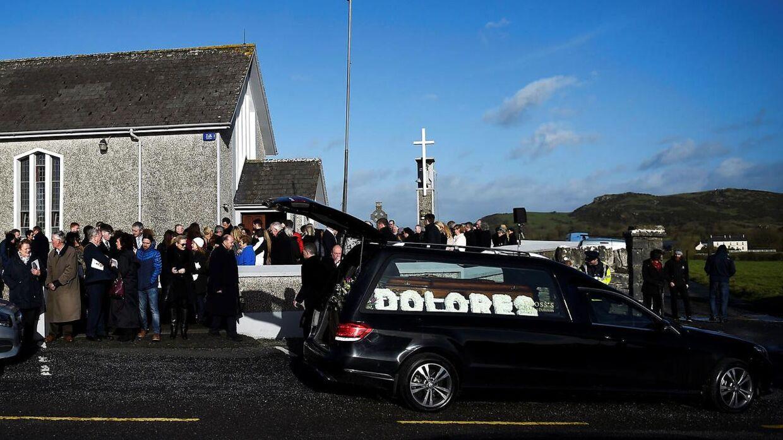 Dolores O'Riordan blev stedt til hvile fra St Ailbe's Church i Ballybricken, Irland, 23. januar.