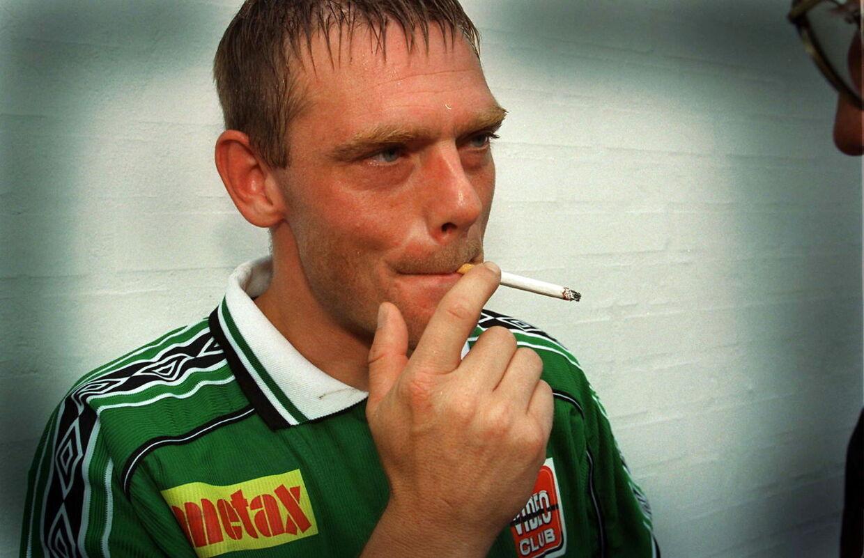 Heine Fernandez var på mange måder en atypisk fodboldspiller. Her får han sig en smøg efter en kamp for Viborg.