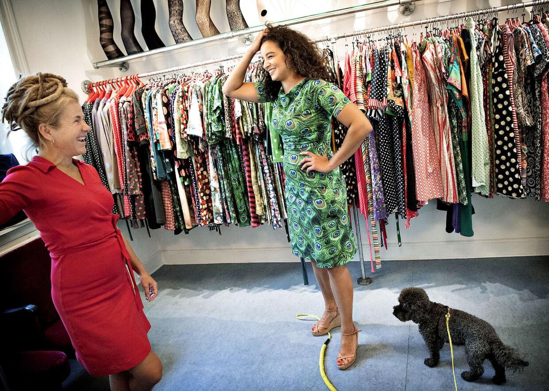 Zahra Pedersen i en lokal butik på Nørrebro, hvor hendes svigerindes mor sælger kjoler.