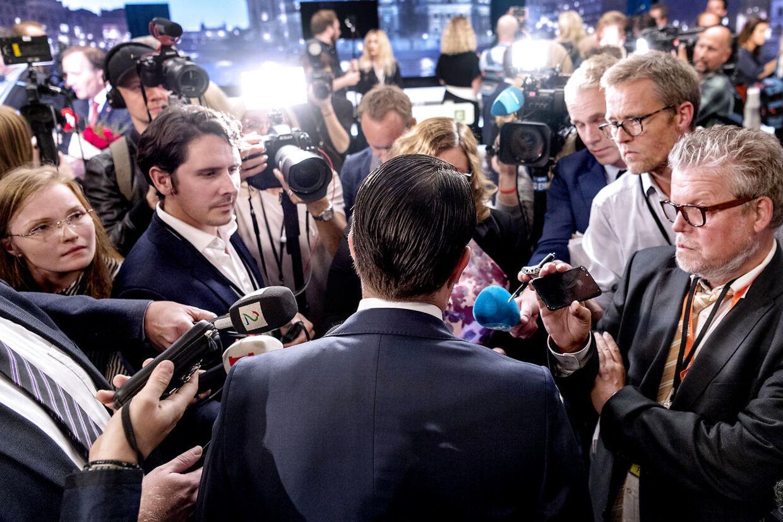 Valg i Sverige. Jimmie Åkesson fra Sverigedemokraterna under den sidste partilederrunde på svensk TV. Efterfølgende gik SVT ud og tog afstand fra Åkesson udtalelser, hvilket har ophidset Sverigedemokraterna så meget, at de har indkaldt SVT til krisemøde lørdag d. 8. september 2018. Her er Jimmie Åkesson omringet af pressen umiddelbart efter afslutningen på TV-debatten.