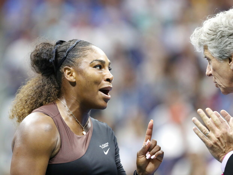Serena Williams diskuterer med overdommer Brian Earley.