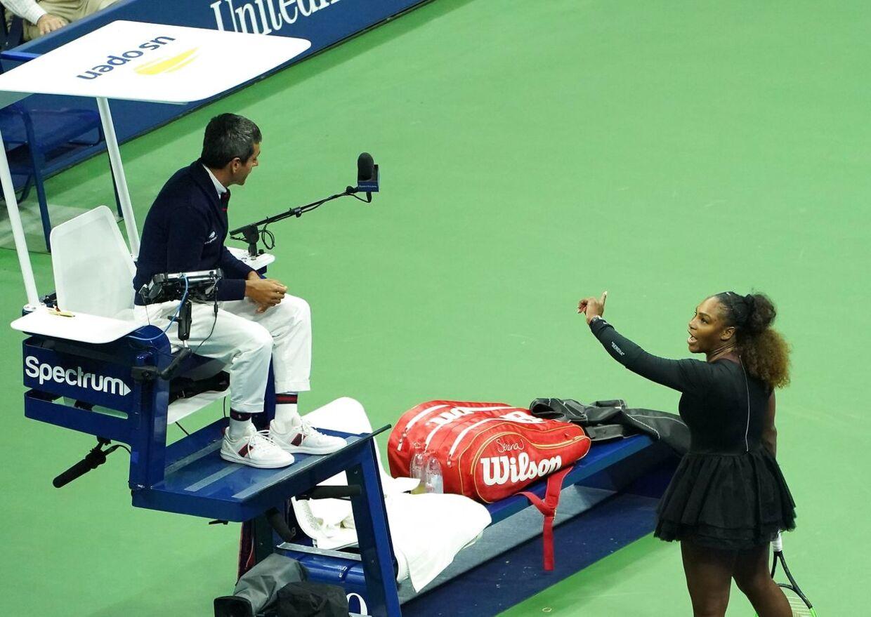 Serena Williams diskuterer med dommer Carlos Ramos.