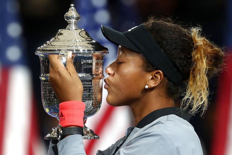 Naomi Osaka kysser sin US Open-pokal.