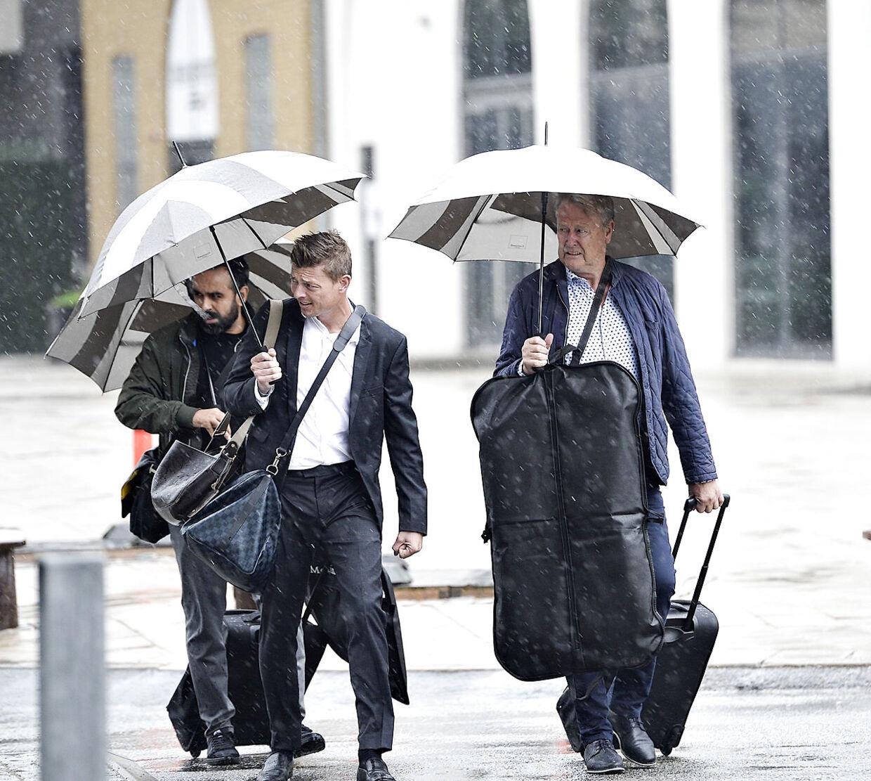 Regnen silede ned, da Åge Hareide (th.) og Jon Dahl Thomasson kunne genoptage arbejdet med det danske landshold.
