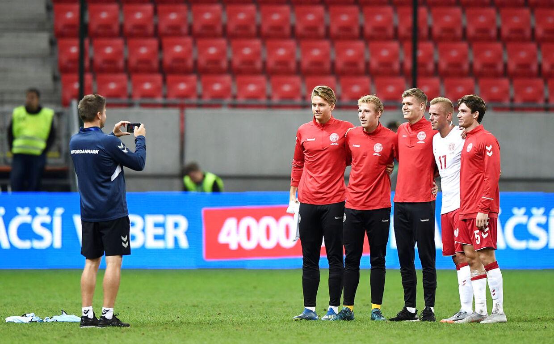 Flere af de danske landsholdsvikarer poserer til et gruppebillede efter kampen.