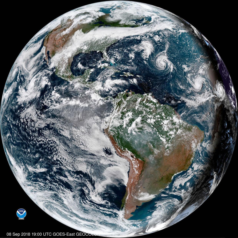 This enhanced satellite image made available by NOAA shows Tropical Storm Florence, third from right, in the Atlantic Ocean on Saturday, Sept. 8, 2018 at 3 p.m. EDT. At right, off the coast of Africa is Tropical Storm Helene, and second from right is Tropical Depression 9. Den amerikanske østkyst risikerer at blive ramt af en voldsom orkan i næste uge, forudser amerikanske meteorologer. Det skriver Ritzau, søndag den 9. september 2018.. (Foto: /Ritzau Scanpix)