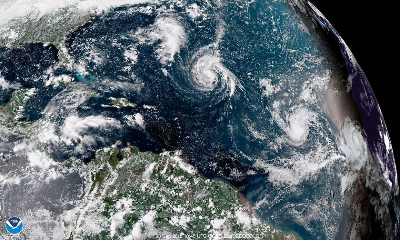 This enhanced satellite image made available by NOAA shows Tropical Storm Florence, center, in the Atlantic Ocean on Saturday, Sept. 8, 2018 at 2:45 p.m. EDT. (NOAA via AP) Den amerikanske østkyst risikerer at blive ramt af en voldsom orkan i næste uge, forudser amerikanske meteorologer. Det skriver Ritzau, søndag den 9. september 2018.. (Foto: /Ritzau Scanpix)