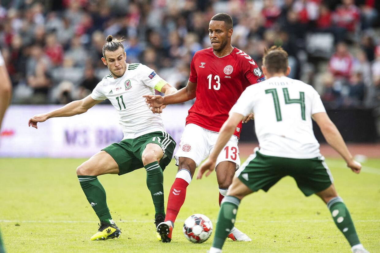 Danmarks Mathias Jørgensen 13 i kamp med Wales Gareth Bale 11 under Nations League fodboldkampen mellem Danmark og Wales på Aarhus Stadion søndag den 9 september 2018.. (Foto: Bo Amstrup/Ritzau Scanpix)