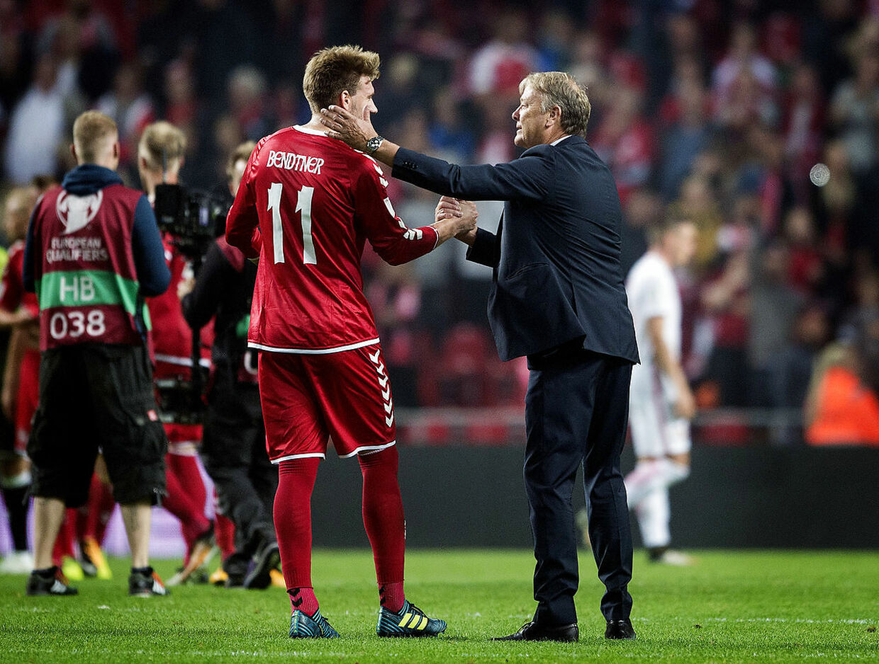 ARKIV. Coach of Denmark Aage Hareide and Nicklas Bendtner after the 2018 FIFA World Cup qualifying football match Denmark vs Poland at Parken, Copenhagen on September 01, 2017. PLUS Armbevægelserne er igen store hos Nicklas Bendtner, der har spillet godt og scoret masser af mål på det seneste. Han er klar til en hovedrolle på landsholdet. (Foto: Liselotte Sabroe/Scanpix 2017)