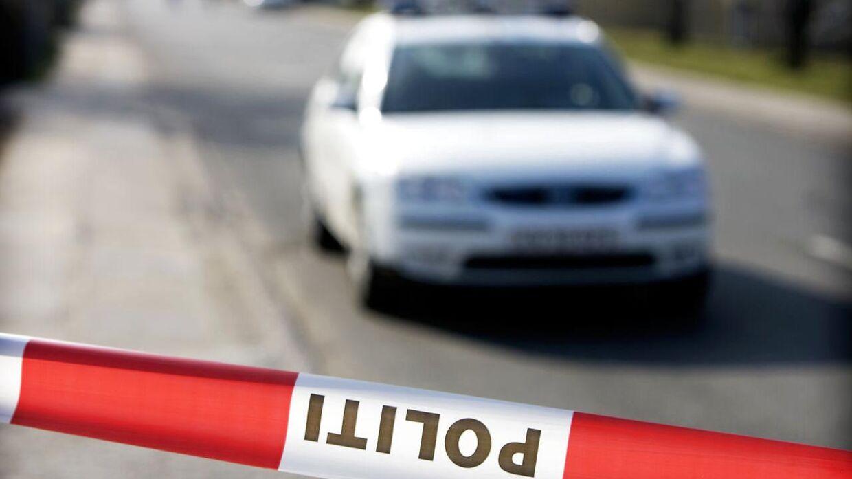 Tre børn kastede lørdag aften sten fra en bro og ramte en bil. Arkivfoto.