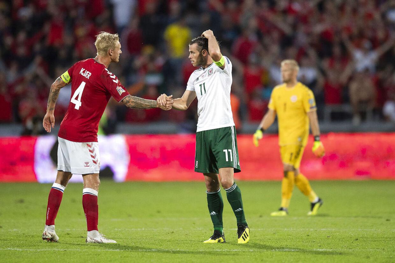 Danmarks Simon Kjær hilser på Wales' Gareth Bale efter søndagens Nations League-kamp i Aarhus.
