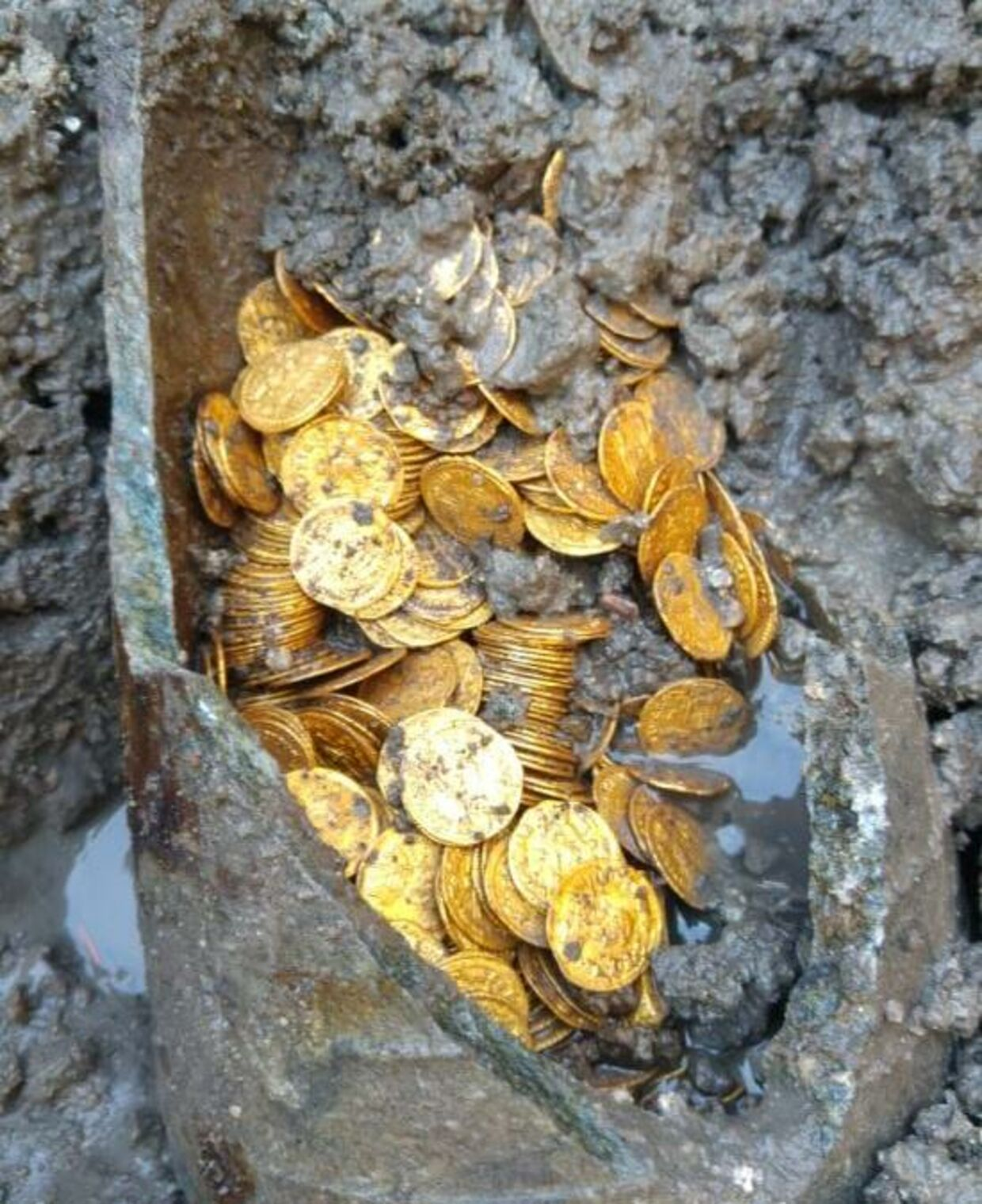 Der er flere hundrede mønter i krukken.