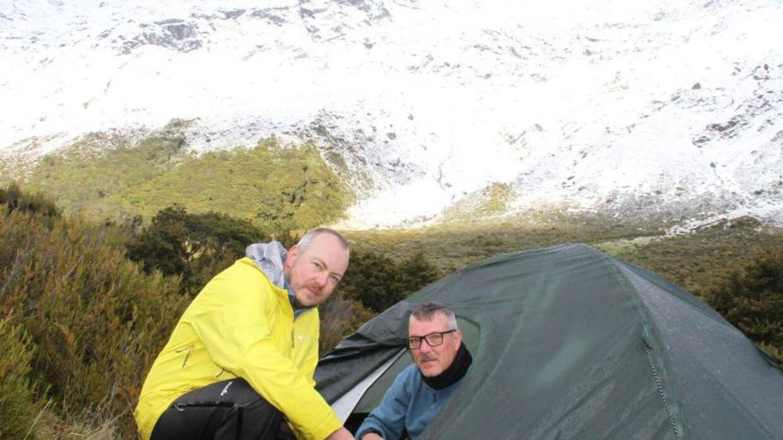 Martin og Rolf (inde i teltet). (Foto: TV2)