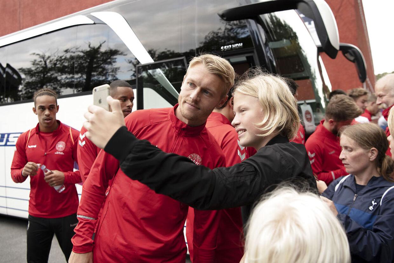 Simon Kjær giver autografer og selfies til landsholdsfans.