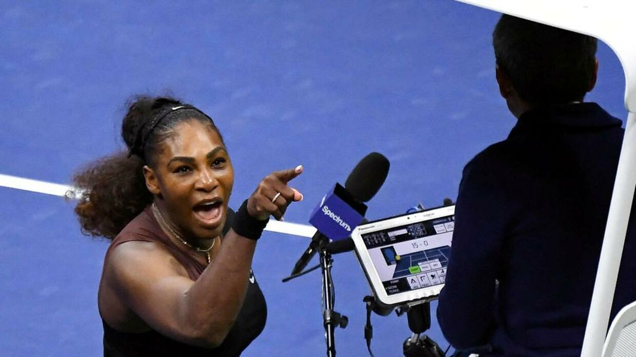 Serena Williams peger fingre ad US Open-finalens dommer, Carlos Ramos.