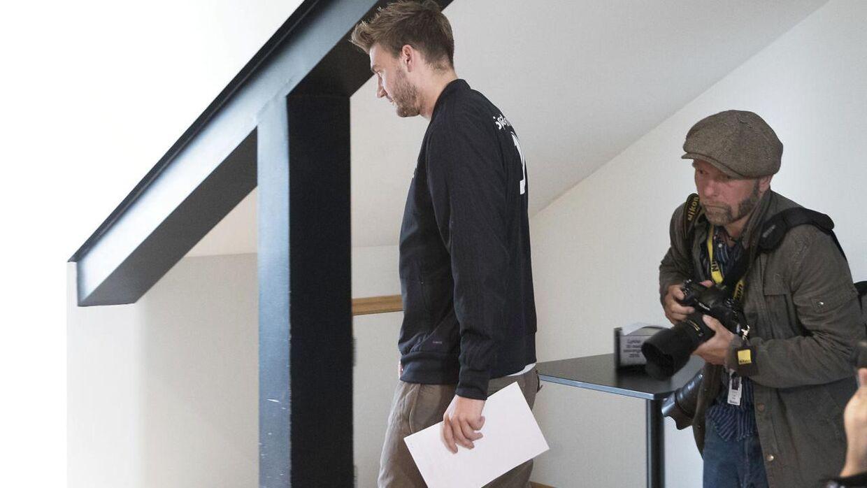 Nicklas Bendtner ankommer til tirsdagens pressemøde.