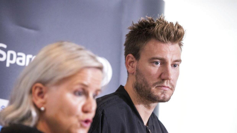 Nicklas Bendtner var tom i blikket, da den daglige leder Tove Moe Dyrhaug besvarede på spørgsmål fra pressen.
