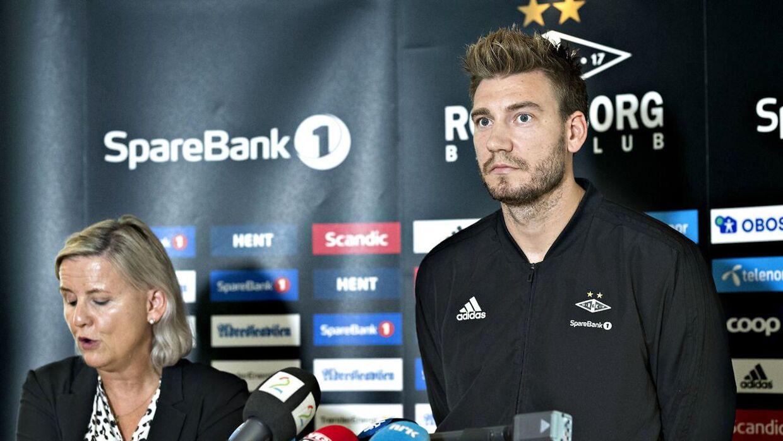 Rosenborgs daglige leder Tove Moe Dyrhaug svarede på et hav af spørgsmål fra pressen, mens Nicklas Bendtner forholdt sig tavs.