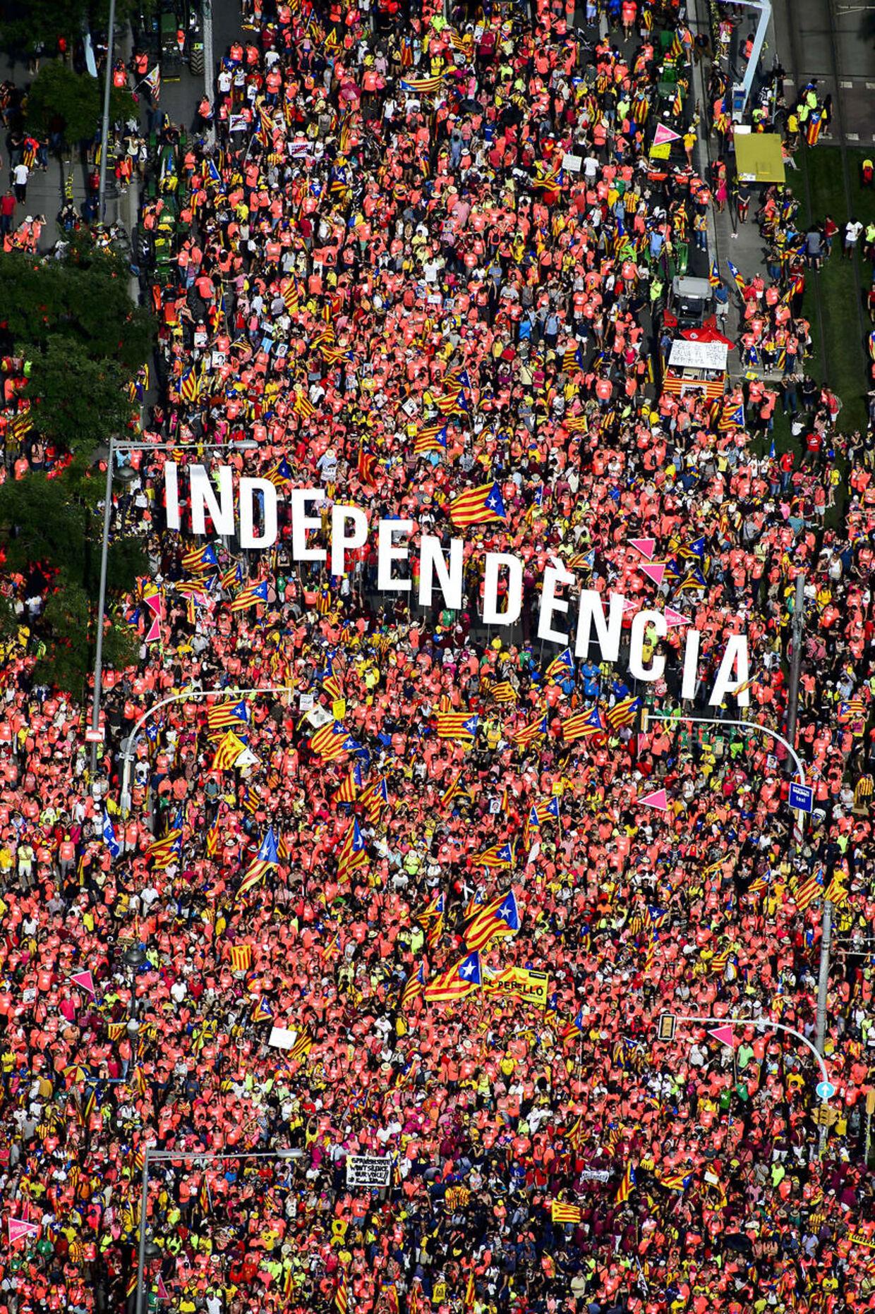 Omkring en million catalanere er tirsdag aften på gaden i Barcelona, siger politiet til AFP.