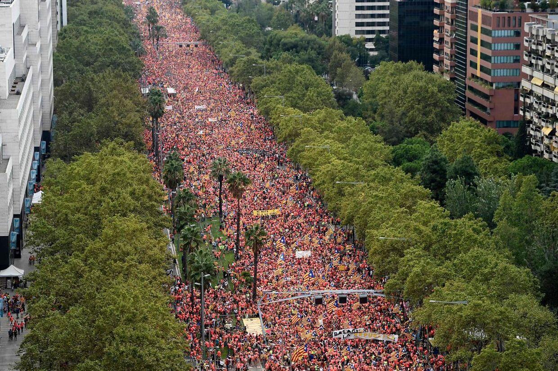 Røde, gule og blå flag i Barcelona.