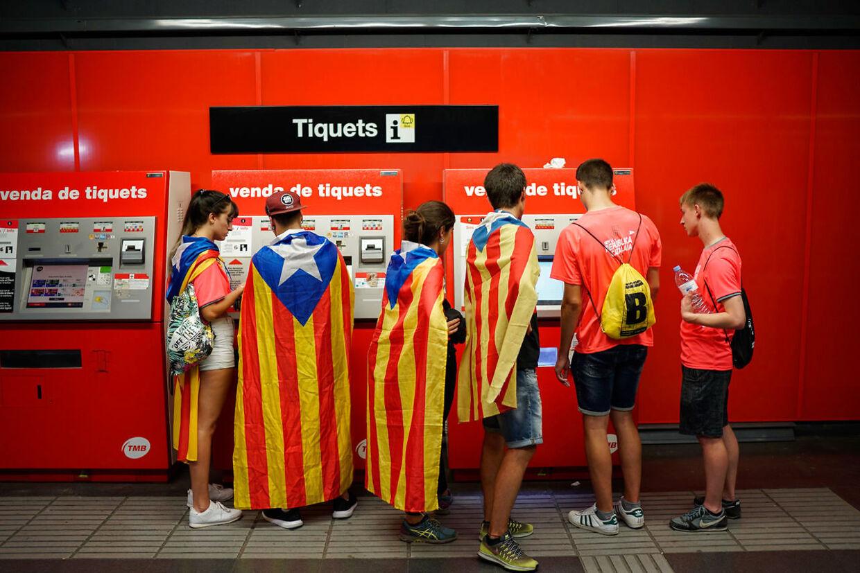 Unge demonstranter i undergrundsbanen på vej til den store demonstration i Barcelona.