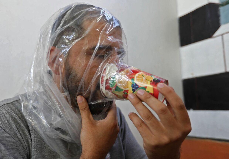 27-årige Hadheefa al-Shahadh, der er syrisk statsborger, afprøver en hjemmelavet gasmaske, som han selv har lavet. Gasmasken har han 'opfundet' som forberedelse på et muligt angreb i Idlib-provinsen i Syrien. Billedet her af Hadheefa er taget den 11. september.