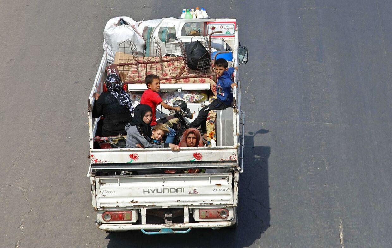 På flugt fra mareridtet: Her ses indbyggere fra Idlib-provinsen i Syrien flygte mod grænsen til Tyrkiet. Billedet er fra den 10. september.