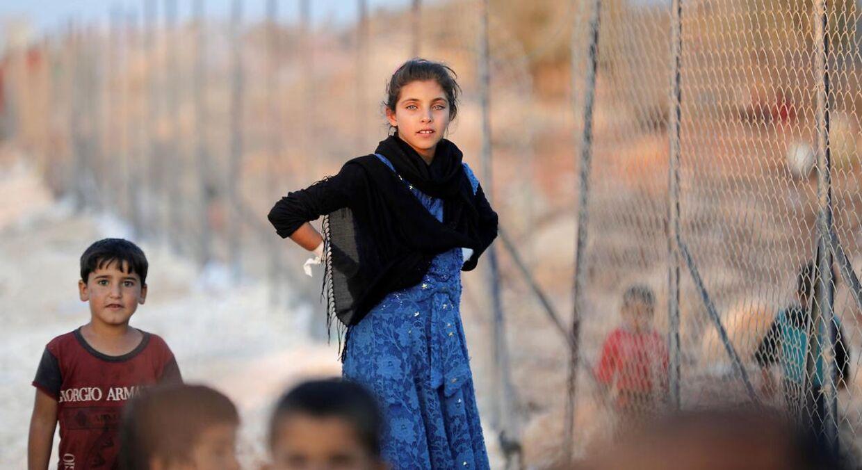 Her ses en pige, der ifølge Reuters for nylig er ankommet til en flygtningelejr i landsbyen Atimah i Idlib i Syrien.