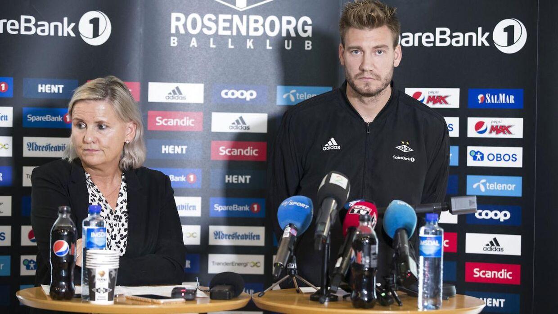 Nicklas Bendtner og Rosenborgs daglige leder Tove Moe Dyrhaug på tirsdagens pressemøde.