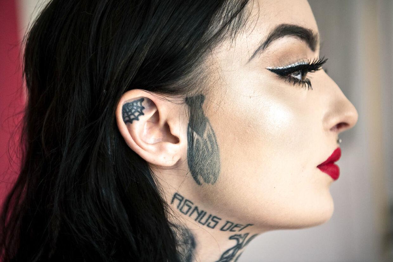 Frederikke Visholm er tatoveret i ansigtet.