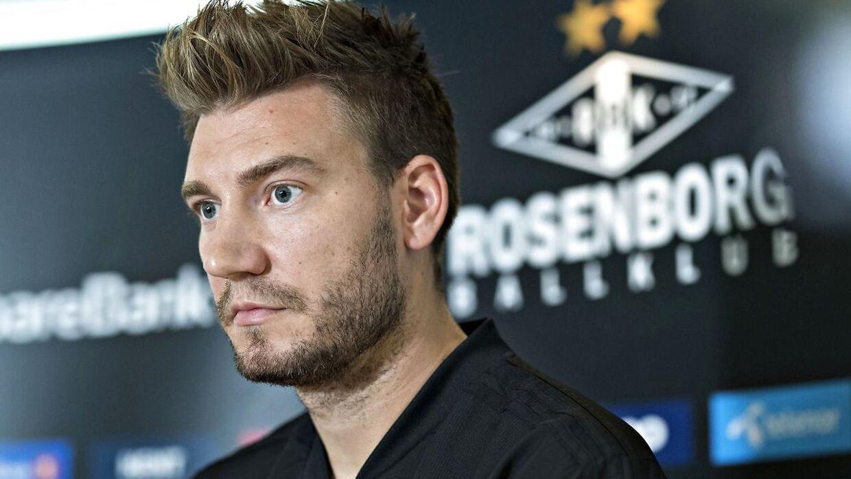 Nicklas Bendtner læste op fra et papir tirsdag, og ellers havde han ikke de store kommentarer.