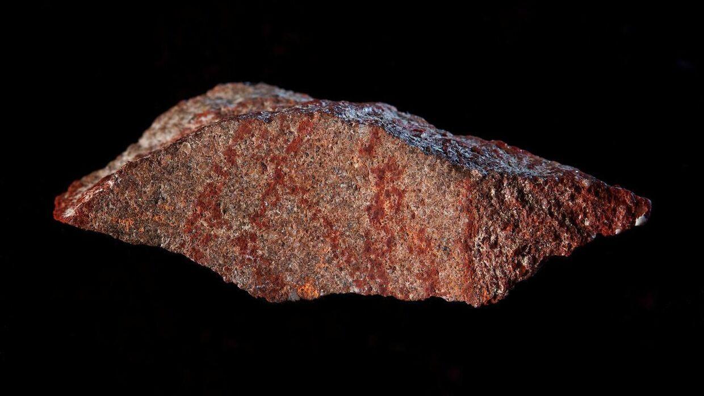 Her ses stenen med den røde okker tegning, som arkæologerne mener, er det ældste eksempel på en tegning lavet af det mederne menneske.