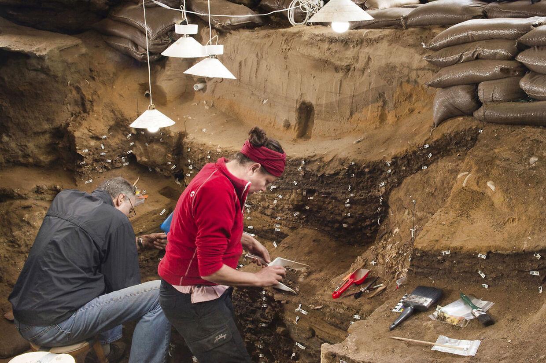 Forskere arbejde inden i Blomboshulen, som ligger på Sydafrikas sydlige kyst.