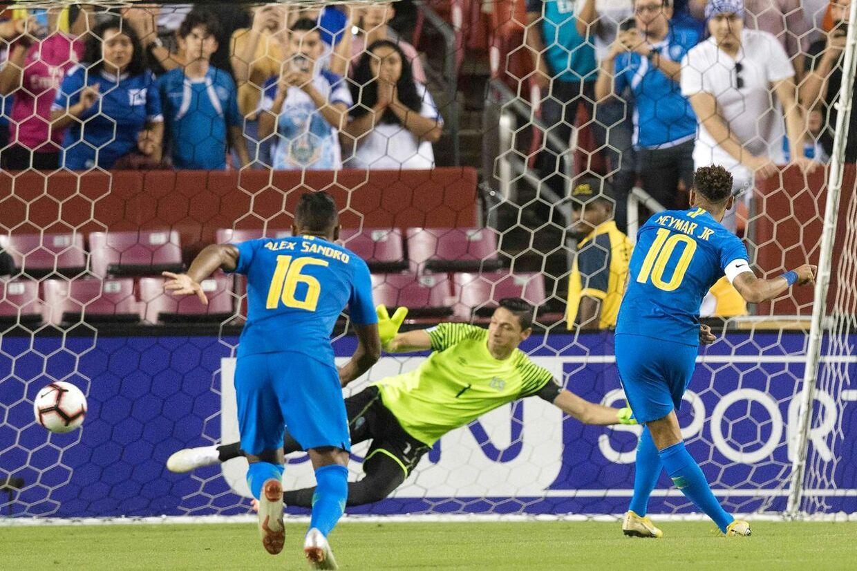 Neymar scorer på straffespark mod El Salvador.