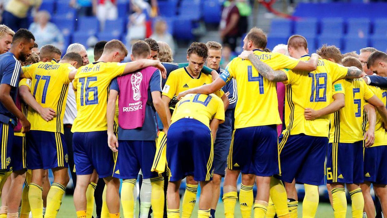 Det svenske landshold efter exit i VM-kvartfinalen mod England. Det er ikke offentliggjort, om der er tale om en nuværende svensk landsholdsspiller eller ej.